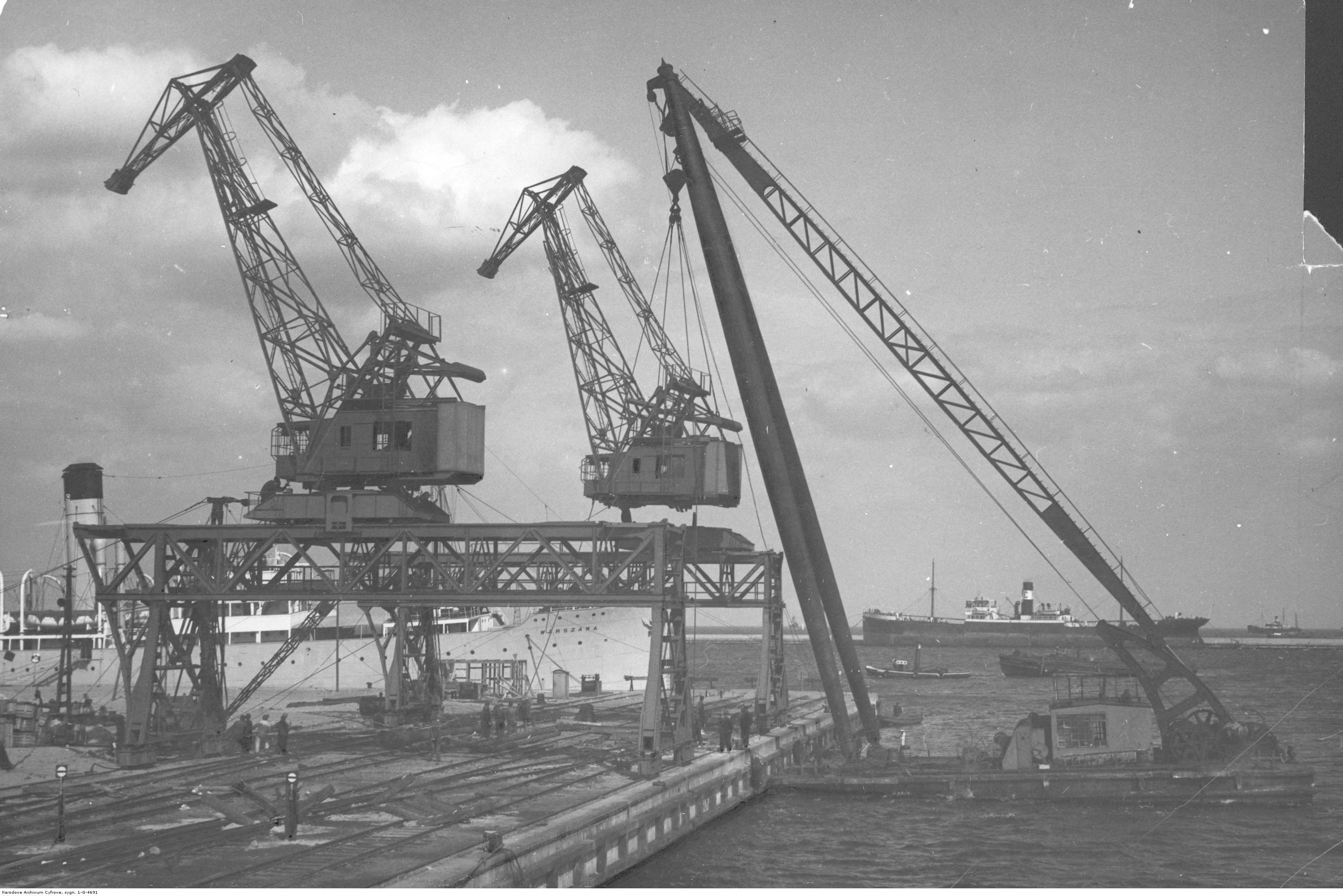 Budowa urządzeń portowych w porcie na nabrzeżu francuskim.