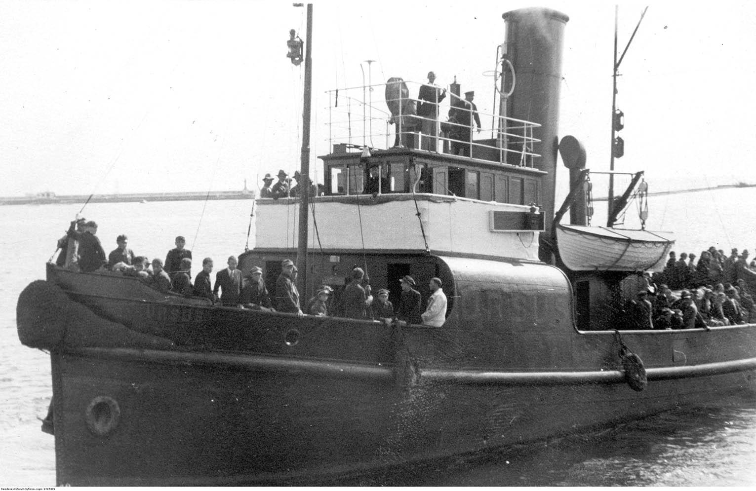 Holownik Ursus z pasażerami na pokładzie w czasie zwiedzania portu.