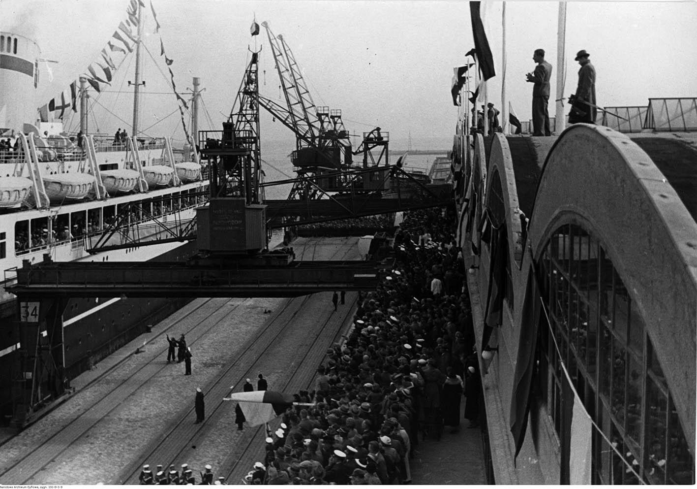 """Na Dworcu Morskim podczas przyjścia statku """"Piłsudski"""""""