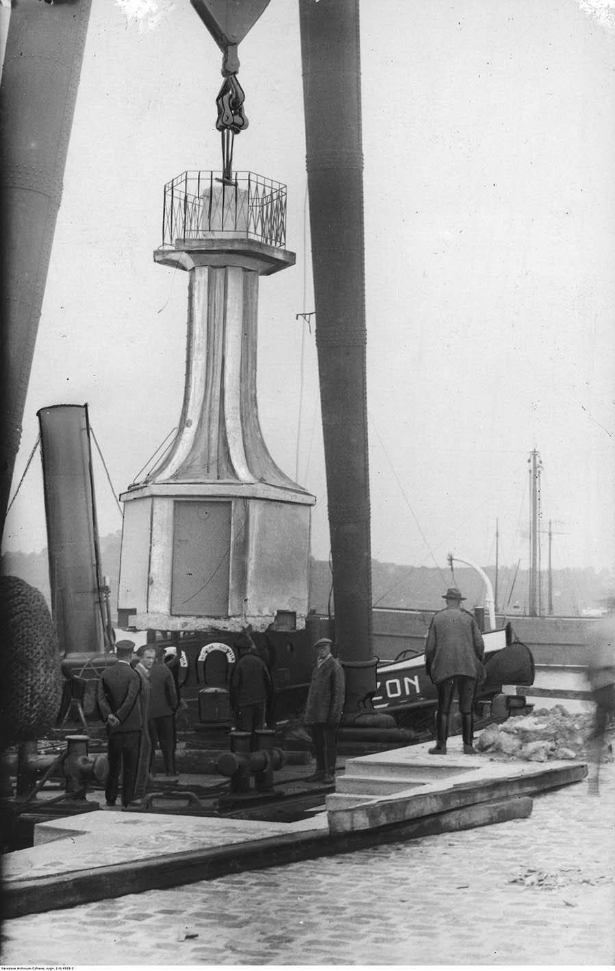 Demontaż latarni morskiej przy pomocy pływającego dźwigu w celu przewiezienia jej do portu helskiego.