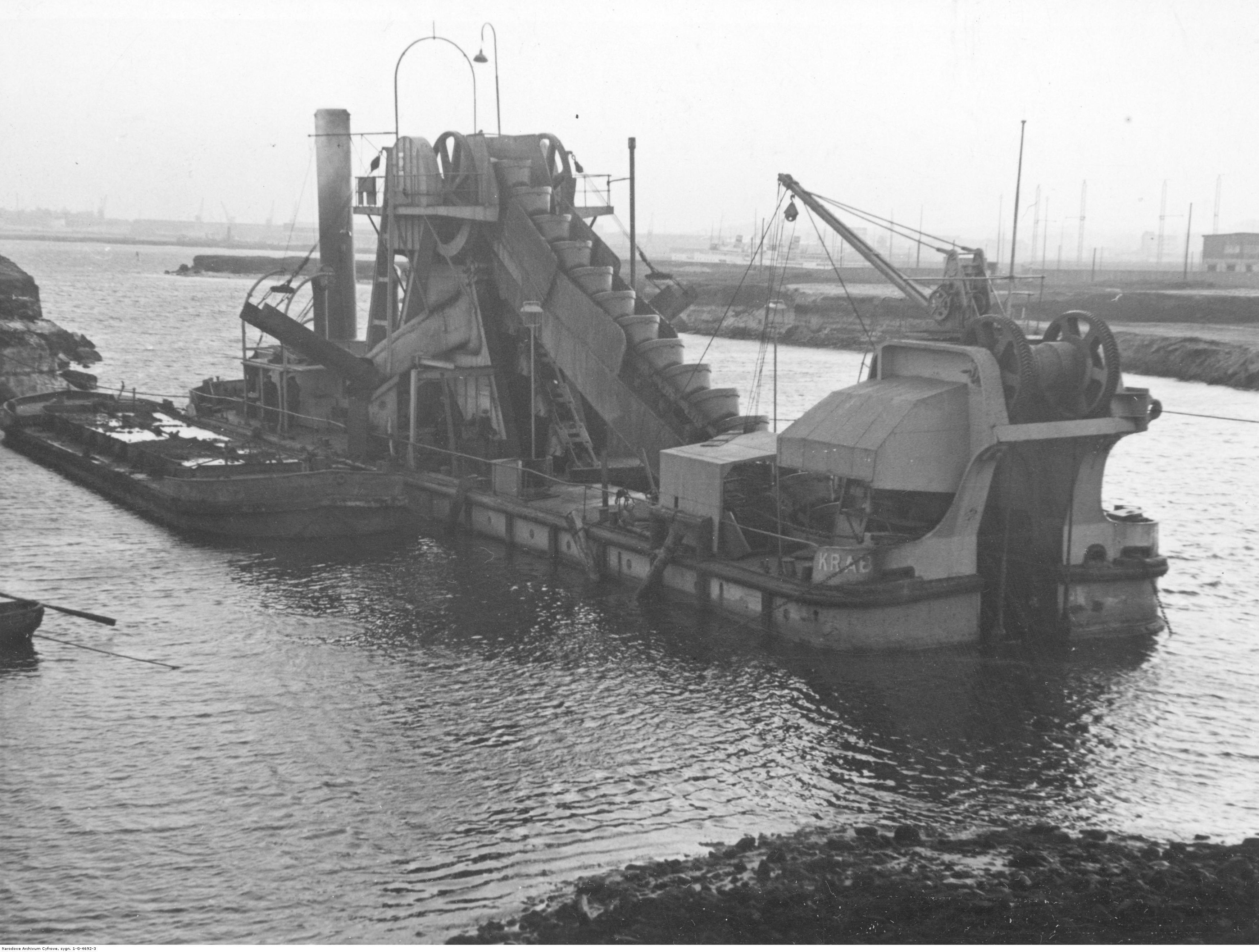 Pogłębiarka w kanale przemysłowym.