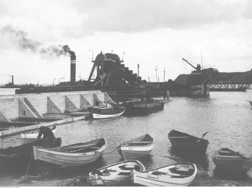 Budowa portu - prace przy pogłębianiu Basenu Prezydenta Ignacego Mościckiego.