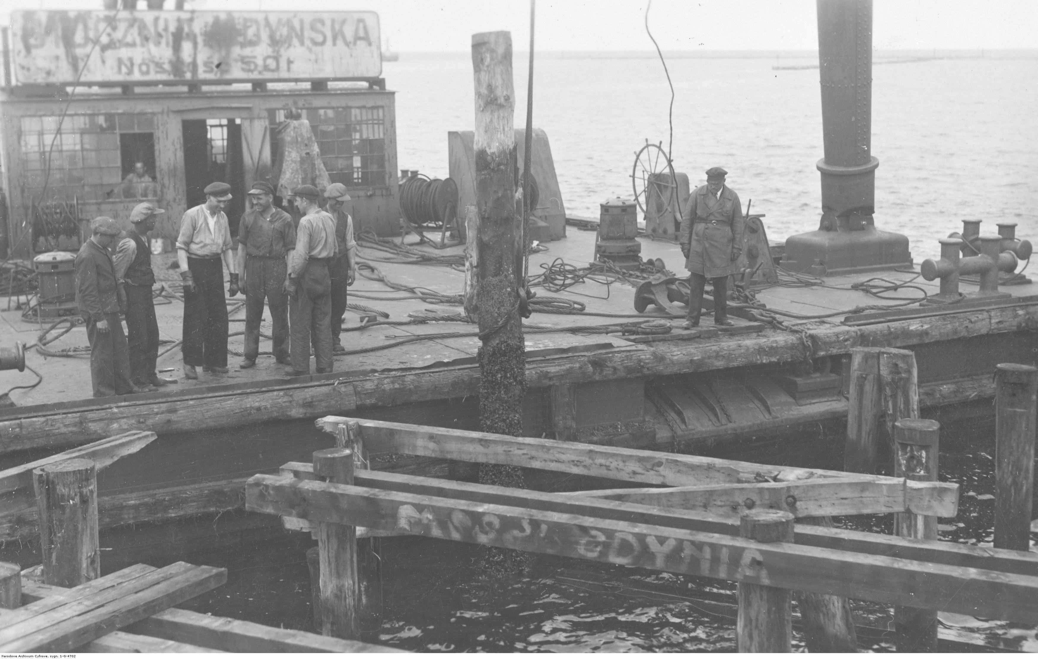 Mola - rozbiórka drewnianego pomostu pasażerskiego.