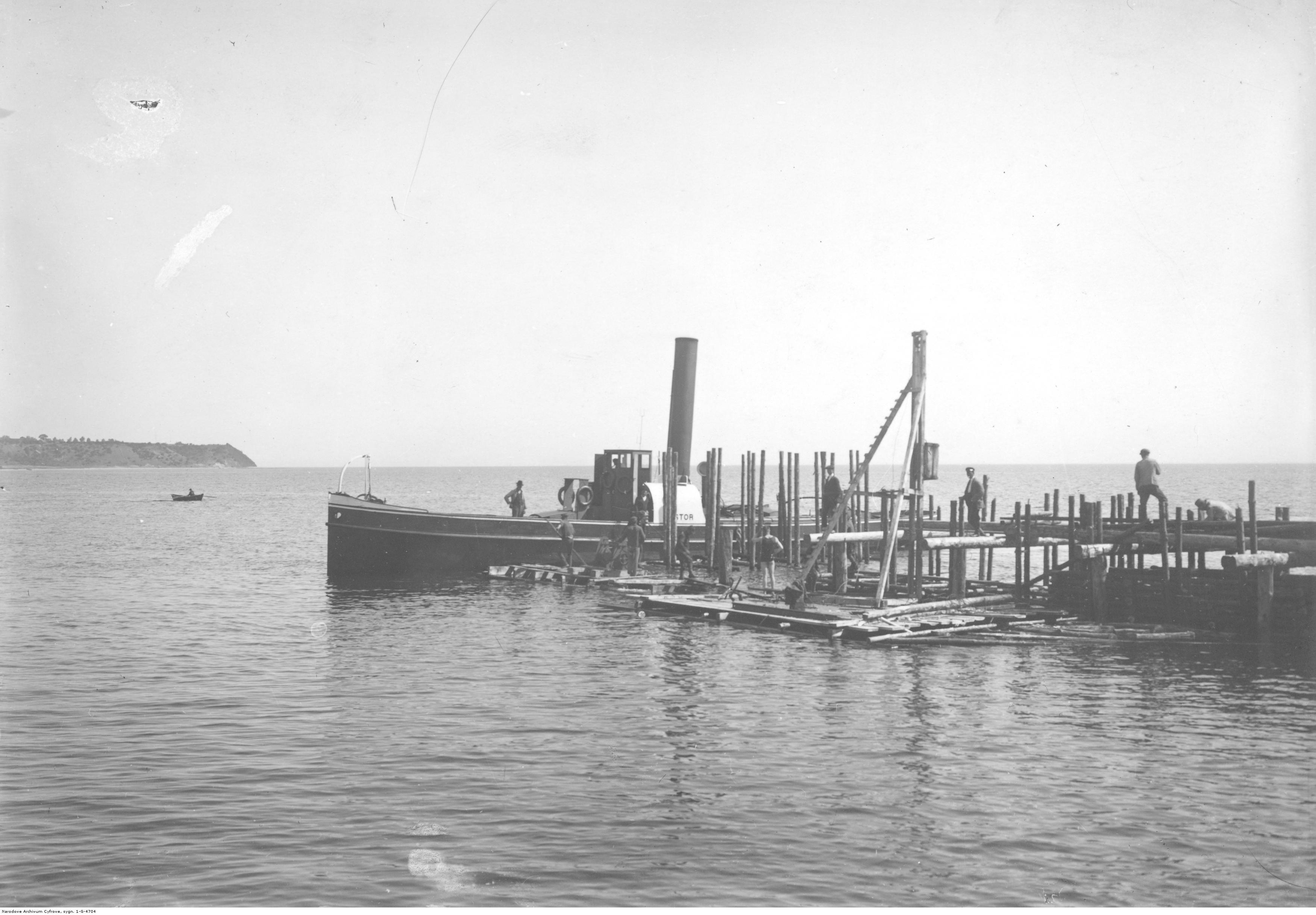 Budowa portu - wbijanie pali pod molo węglowe.