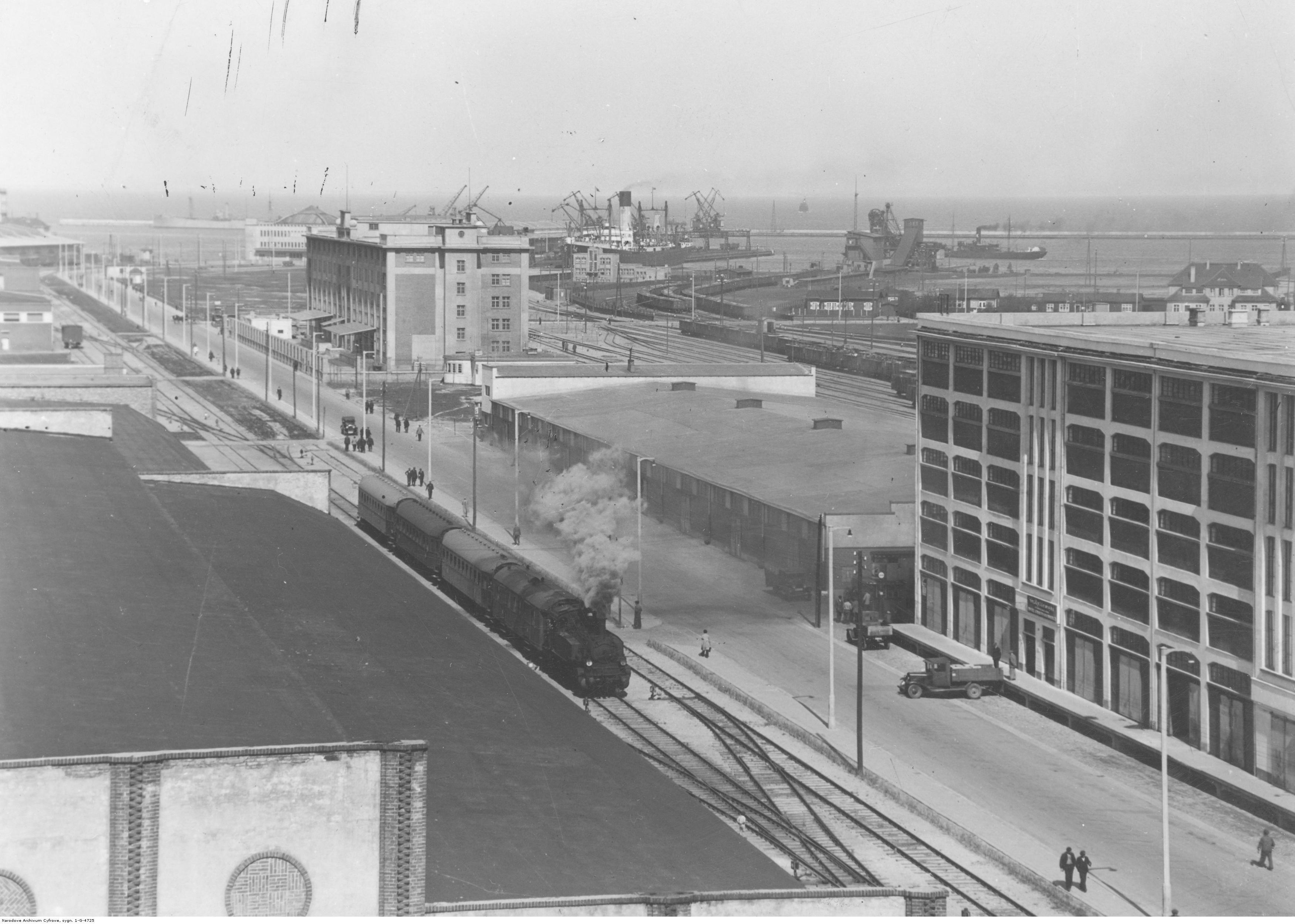 Port i budynki magazynowe (m.in. magazyn długoterminowy).