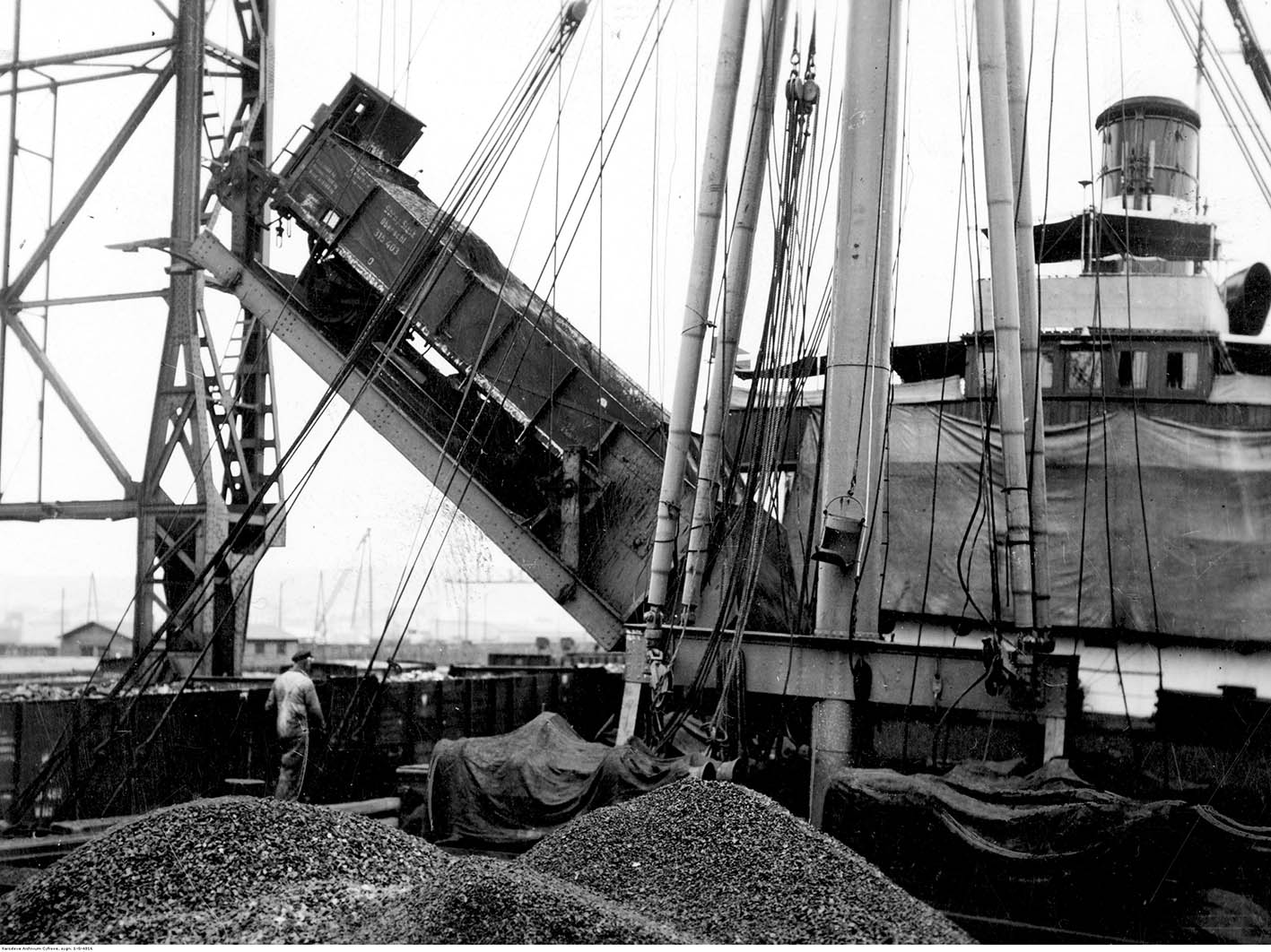 Załadunek węgla na statek w w porcie.