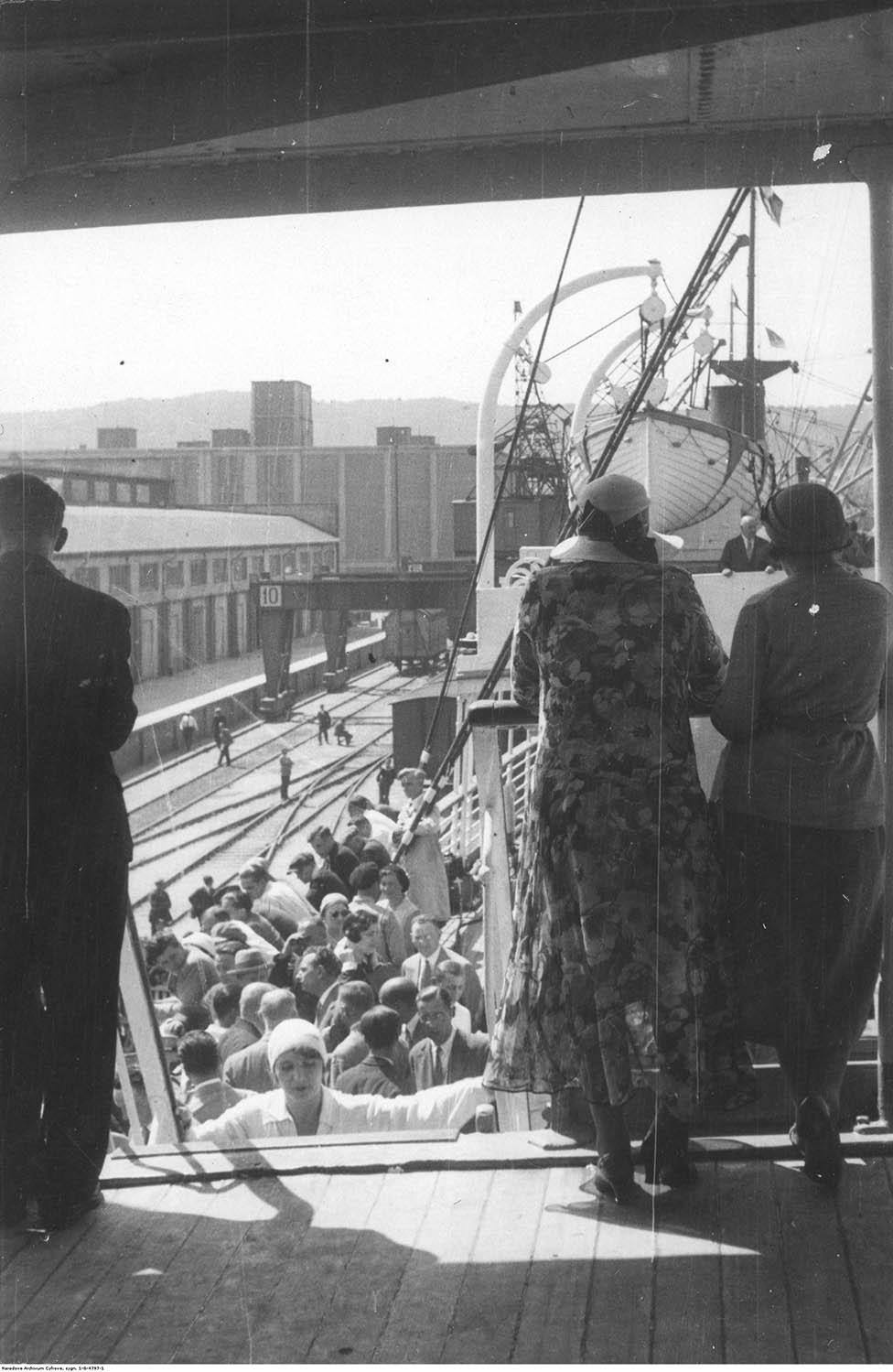 Pasażerowie na statku podczas postoju przy nabrzeżu pilotowym.