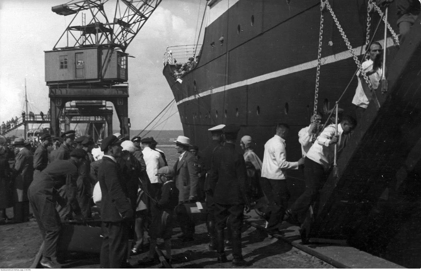 Widoczne osoby wchodzące na statek po trapie