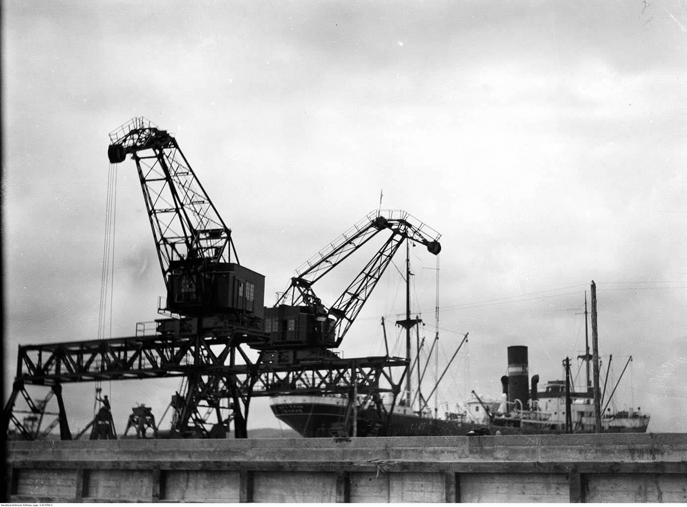 Portowe dźwigi przeładunkowe w basenie marszałka Piłsudskiego.