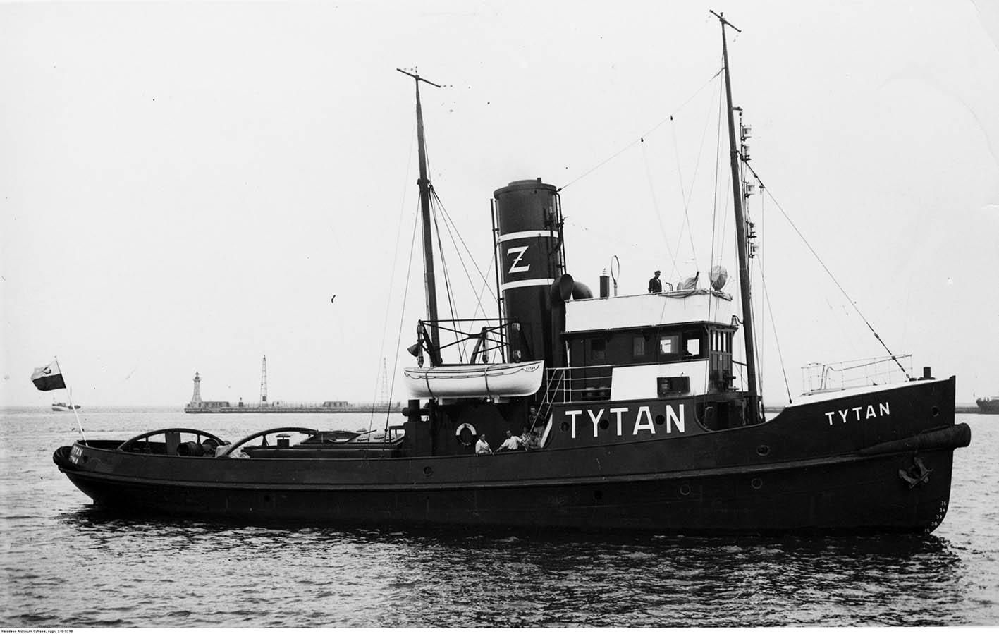 """Holownik """"Tytan"""" w porcie."""