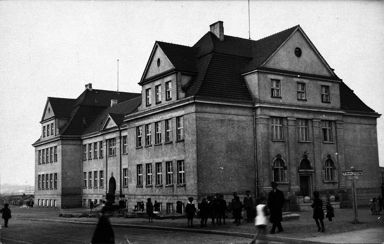 Ulica 10 Lutego - Szkoła Podstawowa