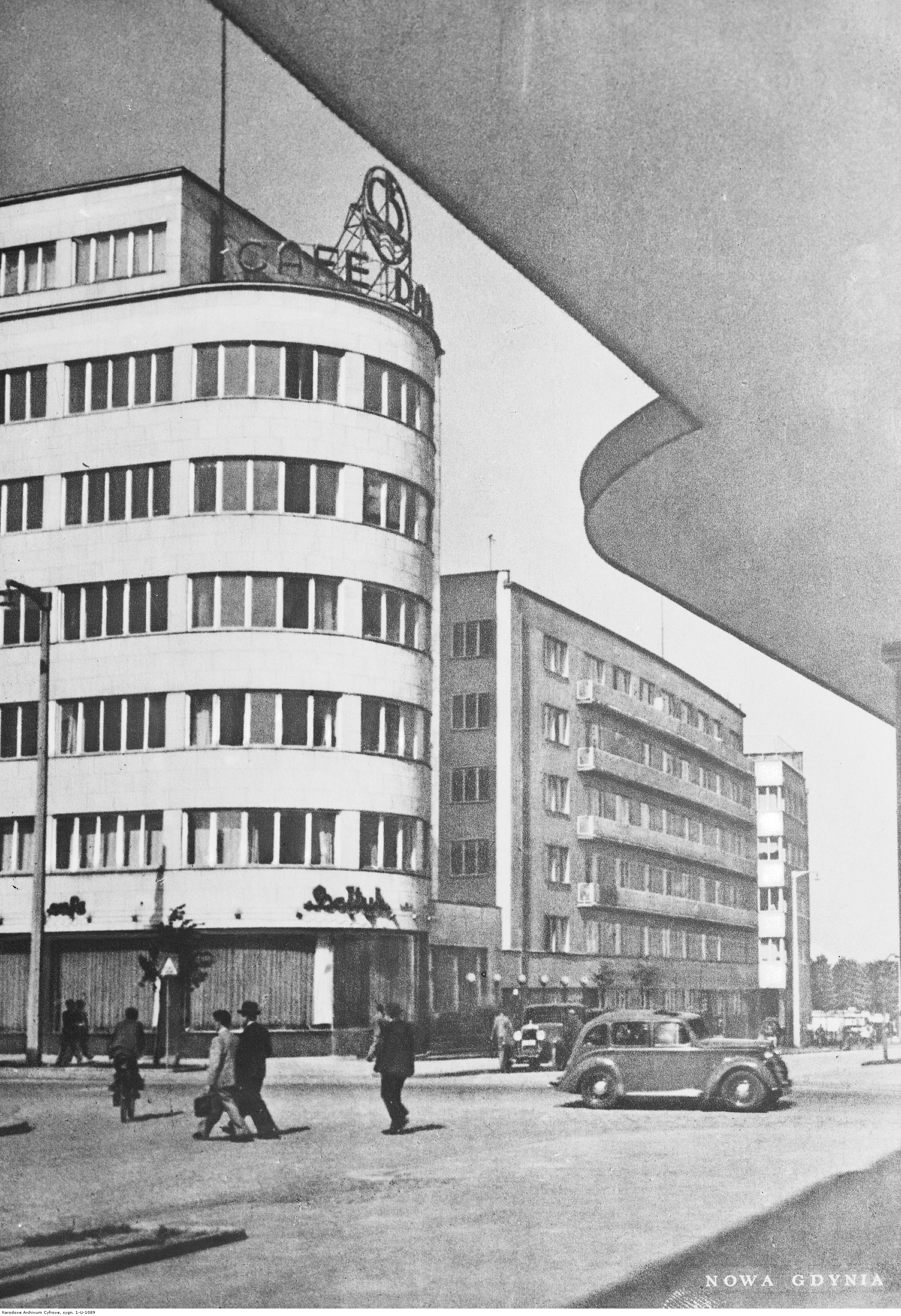 """Ulica 10 Lutego - budynek Zakładu Ubezpieczeń Społecznych i kawiarni """"Bałtyk"""""""