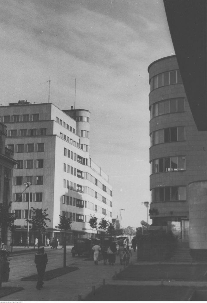 """Ulica 10 Lutego - po prawej stronie wejście do kawiarni """"Baltyk"""""""