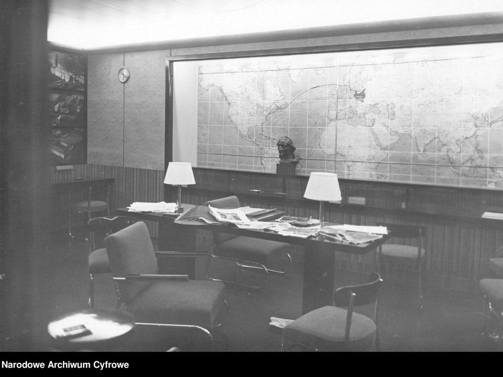 Czytelnia na BATORYM. Widoczna mapa świata z zaznaczoną trasą rejsową statku.