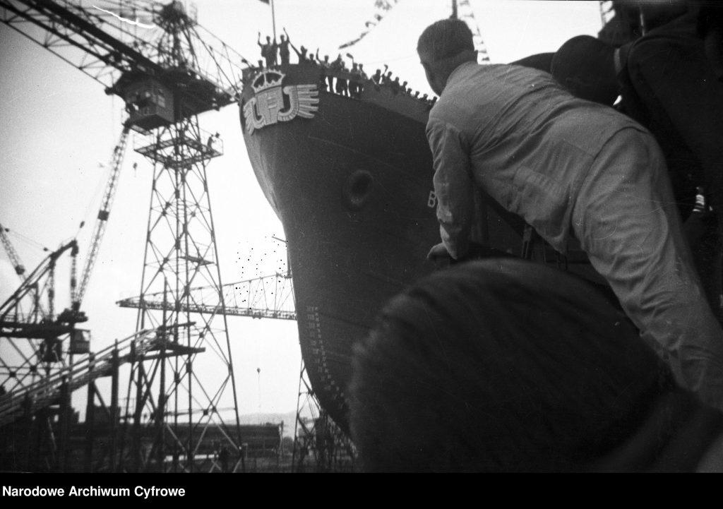 Dziób wodowanego transatlantyku BATORY. Widoczne dźwigi portowe