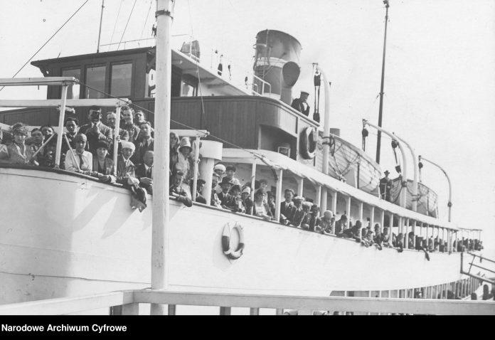 Statek GDAŃSK przed wypłynięciem z portu. Widoczni pasażerowie na pokładzie statku