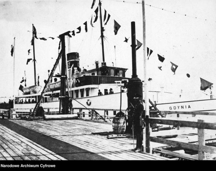 Statek-GDYNIA-w-gali-flagowej-przy-drewnianym-molo-pasażerskim-w-Gdyni