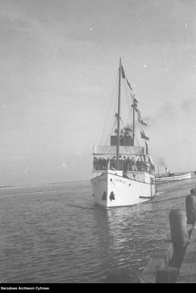 Statek JADWIGA dobijający do molo pasażerskiego