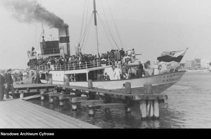 Statek JADWIGA przy drewnianym molo.