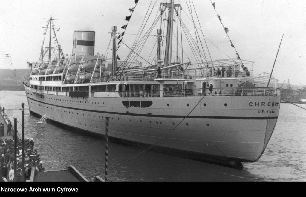 Statek pasażerski Chrobry podczas manewrów portowych.