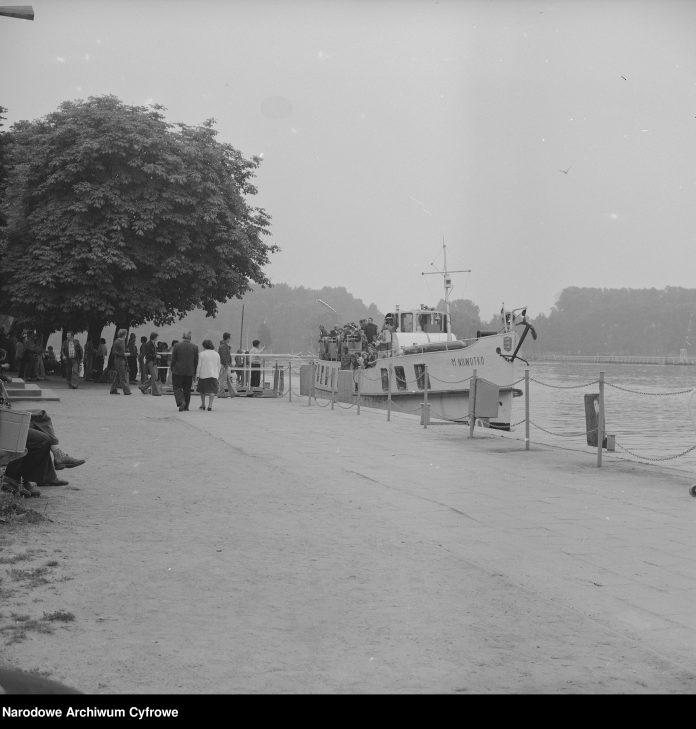 Statek wycieczkowy M. NOWOTKO odpływa od nabrzeża