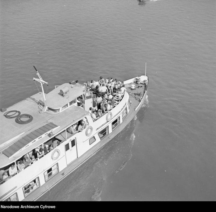 Statek-wycieczkowy-SYRENA-podczas-rejsu-na-Wiśle