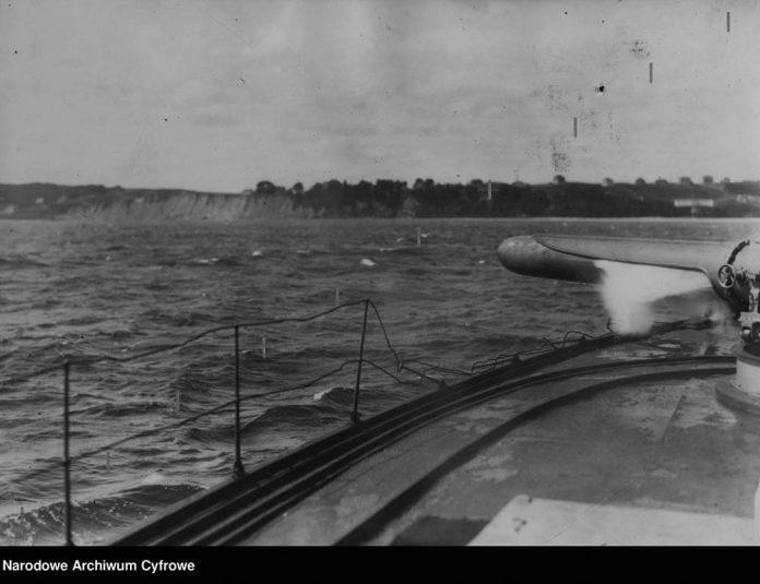 Moment-wyrzutu-torpedy-ze-szkolnego-okrętu-broni-podwodnej-ORP-GENERAŁ-SOSNKOWSKI