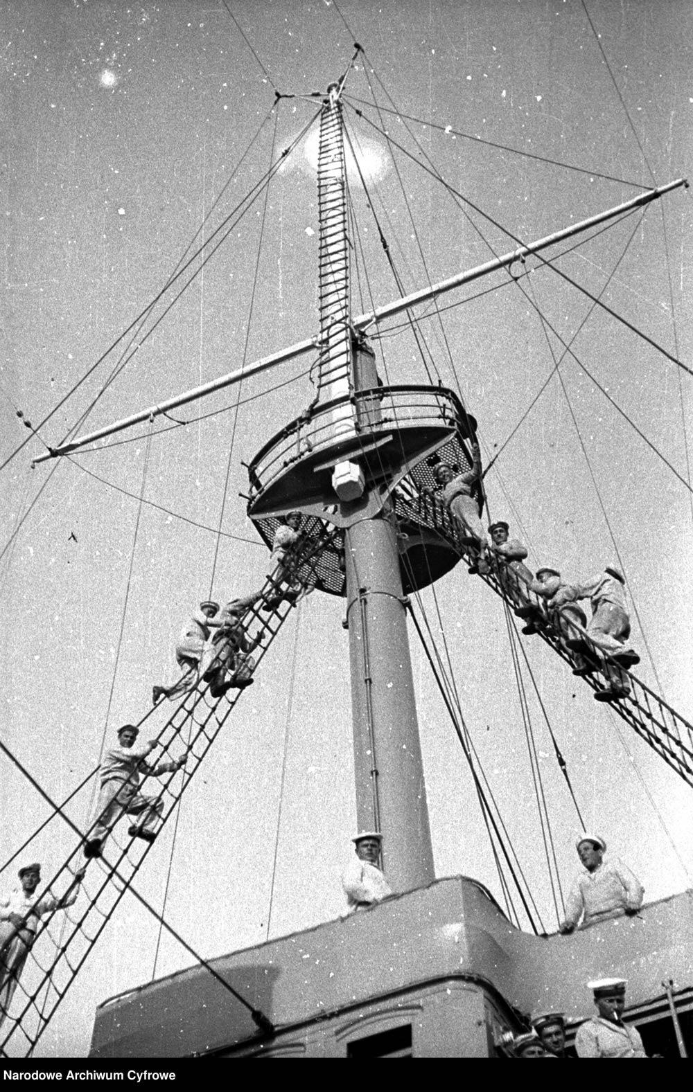 Ćwiczenia marynarzy na krążowniku ORP BAŁTYK