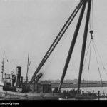 Akcja-wydobywania-wraku-holownika-ŻUBR-przez-holownik-URSUS-oraz-kran-stoczni-gdyńskiej
