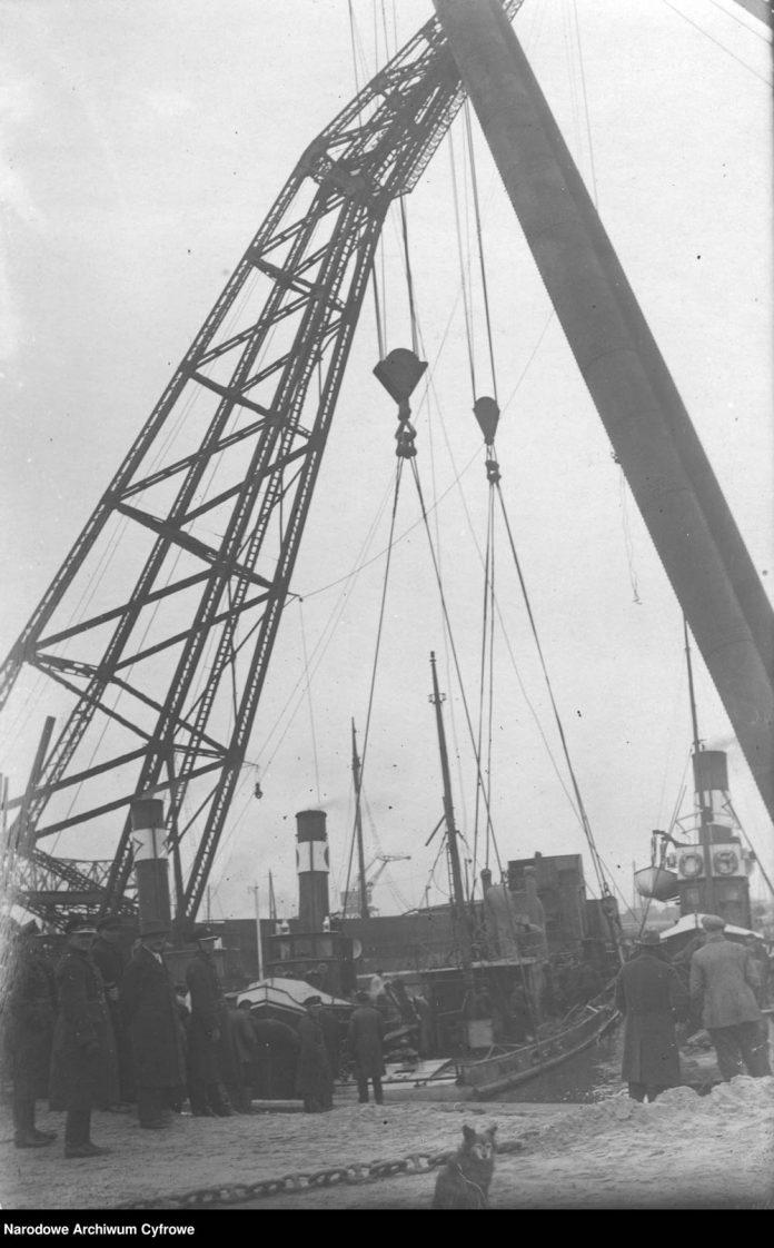 Dźwigi-portowe-wydobywają-wrak-trałowca-ORP-MEWA