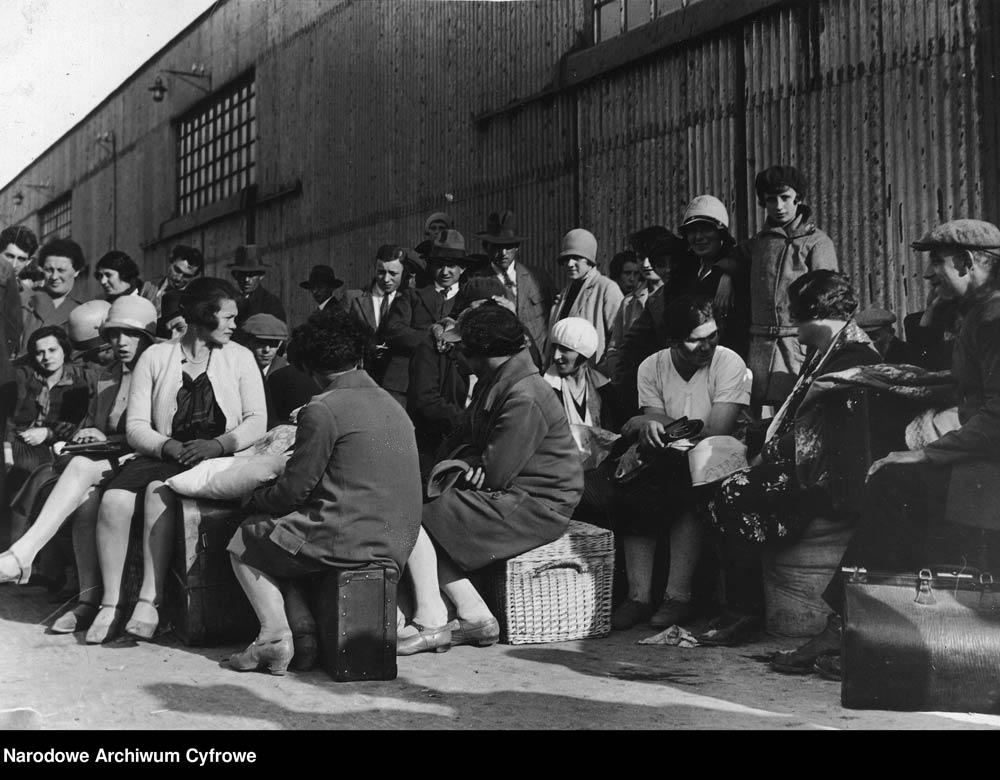 Emigranci podczas oczekiwania na statek w porcie gdyńskim