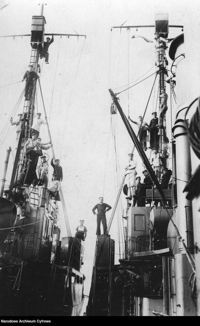 Marynarze podczas wspinaczki na maszty w ramach zajęć gimnastycznych