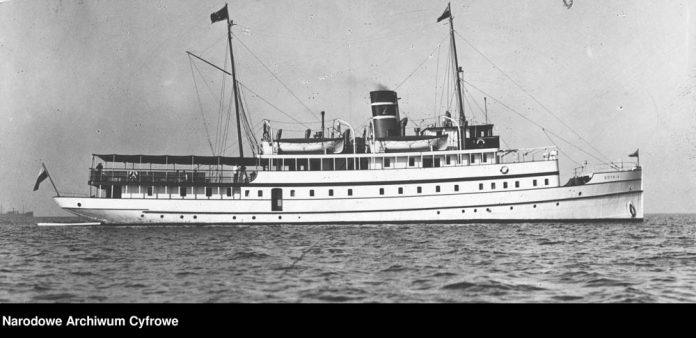 Statek-pasażerski-GDYNIA-podczas-rejsu