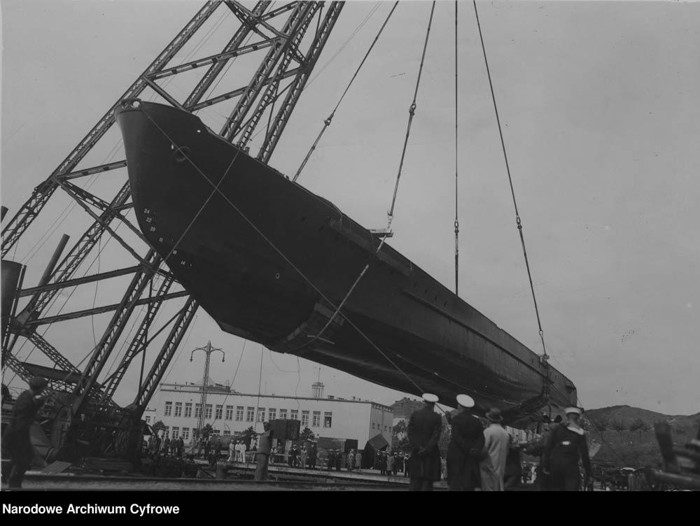 [ORP JASKÓŁKA] Wodowanie kadłuba trałowca ORP JASKÓŁKA za pomocą dźwigu