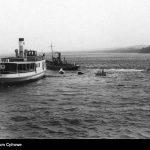 Wydobywanie-wraku-samolotu-na-powierzchnię-wody-przez-holowniki