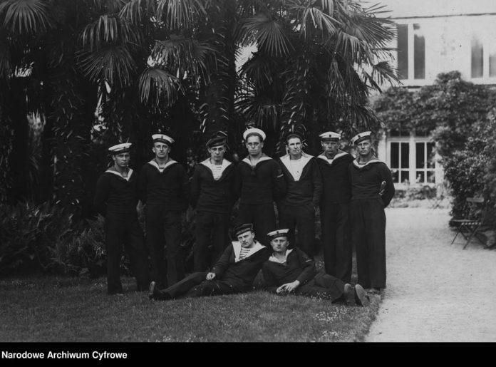Część załogi okrętu ORP WILIA pod palmą