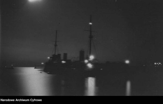 iKrążownik-ORP-BAŁTYK-widok-nocą