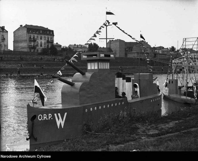 iMakieta-ORP-WICHER-na-łodzi-przycumowanej-przy-jednym-z-brzegów-Wisły