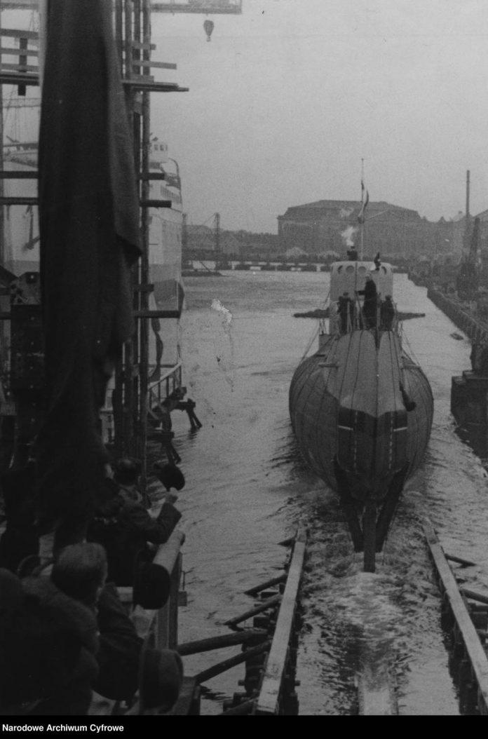 Moment-zjazdu-po-pochylni-na-wodę-okrętu-podwodnego-ORP-ORZEŁ