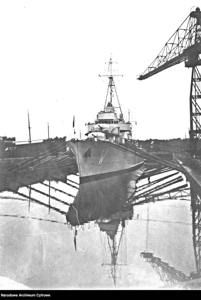Niszczyciel ORP WICHER w doku