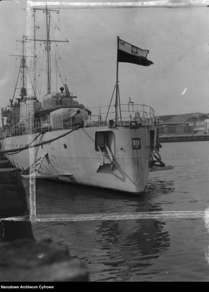 Niszczyciel ORP WICHER zacumowany przy nabrzeżu