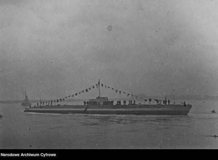 [ORP WILK] Okręt podwodny ORP WILK po zwodowaniu w porcie