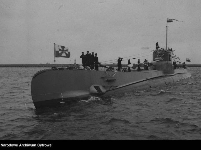 Okręt podwodny ORP ORZEŁ wpływa do portu