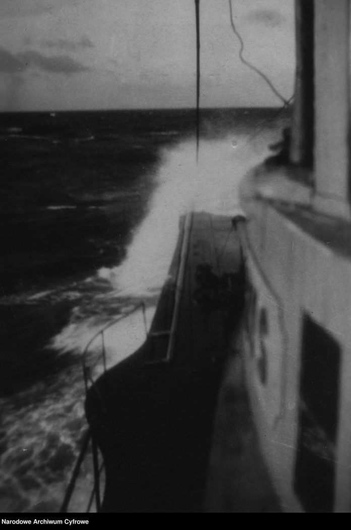 [ORP RYŚ] Okręt podwodny RYŚ na morzu
