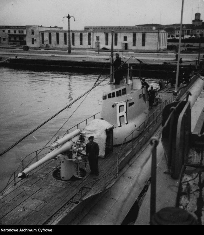 [ORP RYŚ] Okręt podwodny ORP RYŚ zacumowany przy nabrzeżu