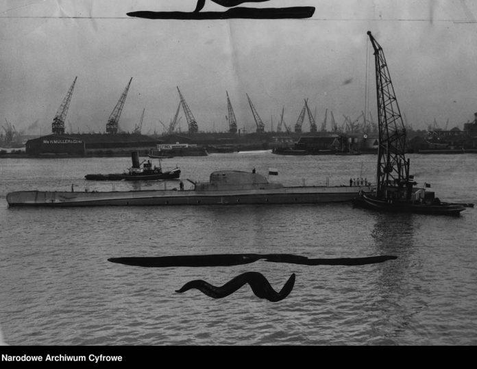 Okręt podwodny ORP SĘP wypływa z portu po zwodowaniu