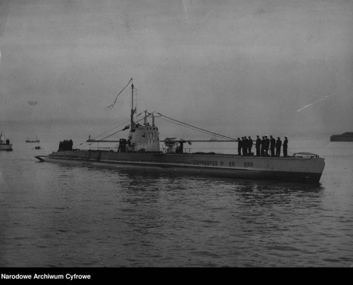 [ORP WILK] Okręt podwodny ORP WILK po przepłynięciu redy na terenie portu