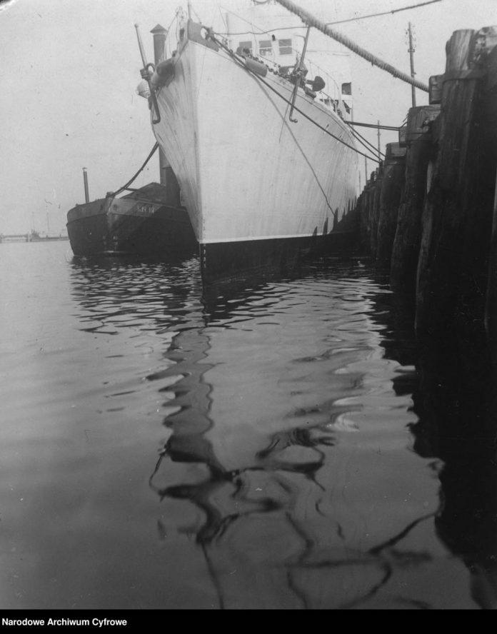 Torpedowiec ORP PODHALANIN zacumowany przy nadbrzeżu
