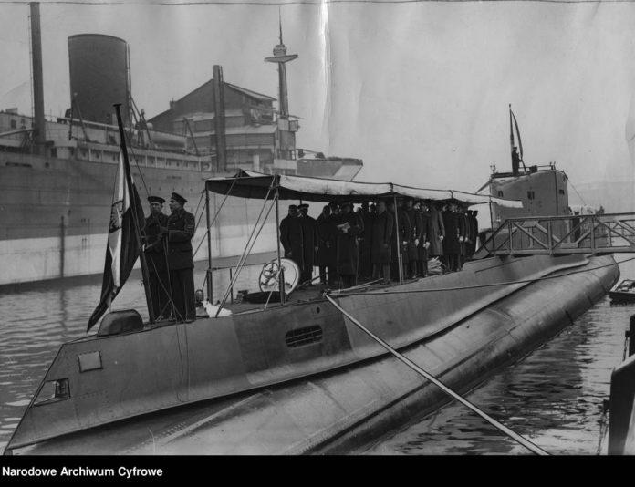 Wciąganie bandery po wodowaniu okrętu podwodnego ORP ORZEŁ