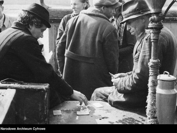 Emigranci-grają-w-karty-podczas-podróży